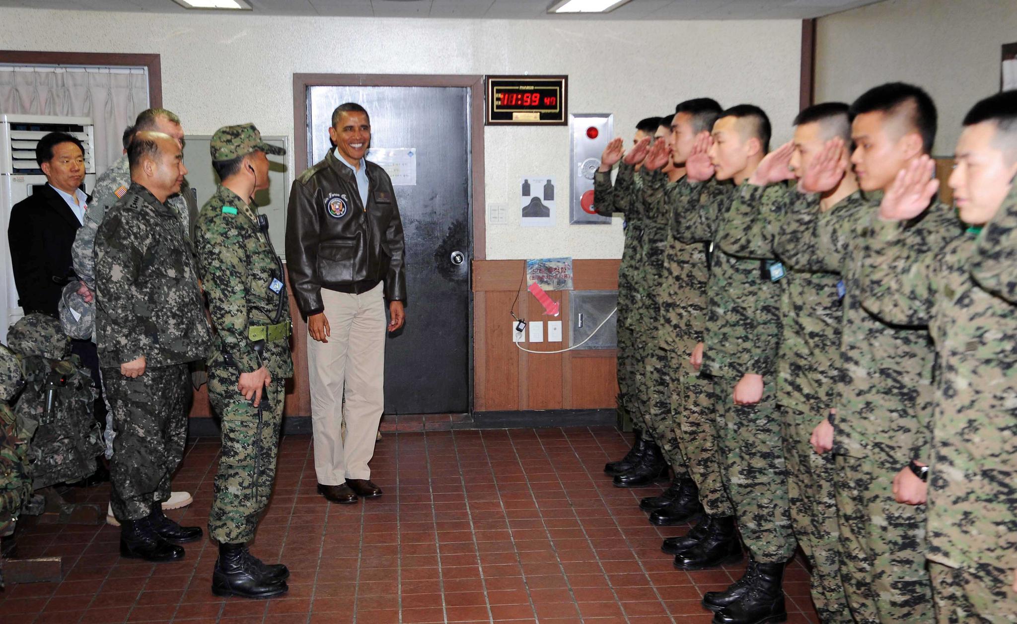 2012핵안보정상회의를 위해 2012년 3월 25일 새벽 방한한 오바마 미대통령이 판문점 공동경비구역을 방문하여 오피오울렛에 근무하는 한국군장병을 격려하고 있다. 판문점 공동경비구역=사진공동취재단