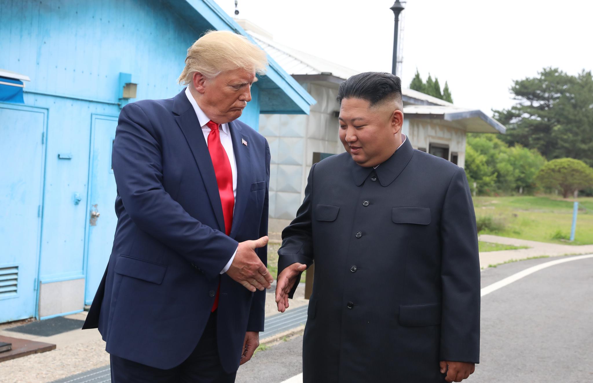 도널드 트럼프 미국 대통령과 김정은 북한 국무위원장이 30일 판문점 남측지역에서 세번째 악수를 하고 있다. 청와대사진기자단