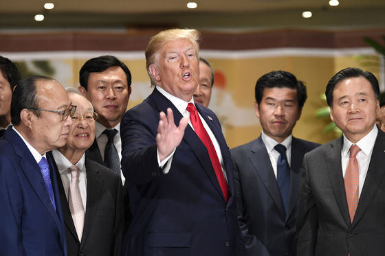 도널드 트럼프 미국 대통령이 30일 그랜드 하얏트 호텔에서 열린 한국 경제인 간담회에서 국내 주요 그룹 총수들과 대화하고 있다. [연합뉴스]