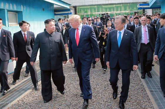 북한 노동신문은 김정은 국무위원장이 지난달 30일 판문점 남측지역에서 문재인 대통령, 도널드 트럼프 미국 대통령과 회동했다고 1일 보도했다. [노동신문=뉴시스]