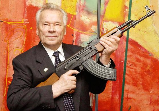 생전 AK-47을 들고 있는 미하일 칼리시니코프. [AP=연합]