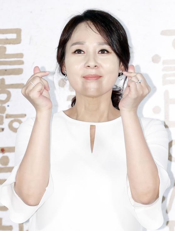 배우 전미선(49)씨가 지난 25일 서울 중구 메가박스 동대문에서 열린 영화 '나랏말싸미' 제작보고회에 참석해 손가락으로 하트를 만들어 보이고 있다. [뉴스1]