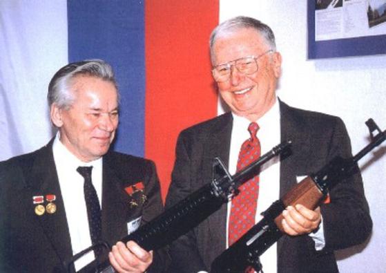 1990년 미국을 방문한 AK-47 개발자인 미하일 칼라시니코프(왼쪽)와 M16 개발자인 유진 스토너가 상대의 총을 들며 웃고 있다. [사진 칼라시니코프 박물관]
