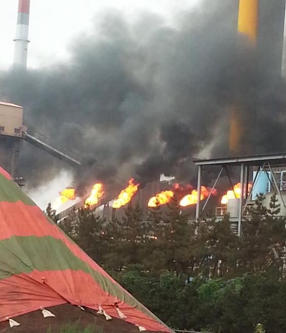 1일 오전 9시 11분쯤 전남 광양시 태인동의 포스코 광양제철소에서 정전이 발생했다. 정전으로 공장 내부에 잔류 가스가 형성됐고, 공장 측이 내부 폭발 방지를 위해 굴뚝에 설치된 안전장치(블리더·Bleeder)를 통해 잔류 가스를 태워 배출하는 과정에서 불꽃과 검은 연기가 치솟았다. [뉴스1]