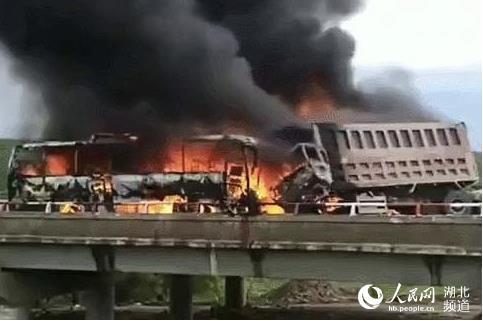 충돌 후 화재가 발생한 관광버스 등 사고차량. [사진 인민일보]