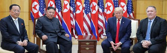 이용호(왼쪽) 북한 외무상이 지난 30일 판문점 남측 자유의집에서 진행된 김정은 북한 국무위원장과 도널드 트럼프 미국 국무장관의 정상회담에 배석했다. 미국측에선 마이크 폼페이오 국무장관이 참석했다. [사진 뉴시스]