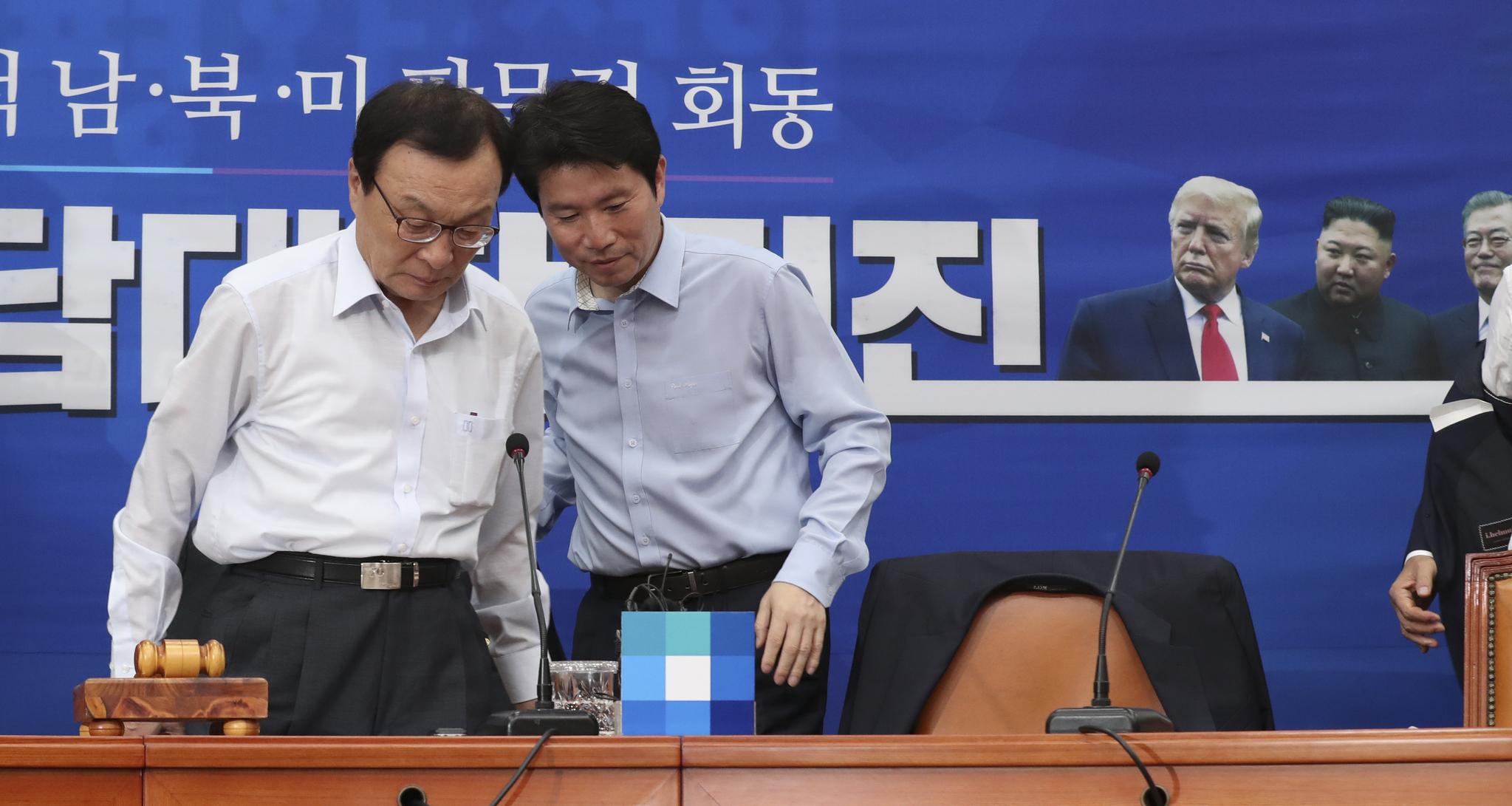 이해찬 대표(왼쪽)와 이인영 원내대표가 회의에 참석해 웃옷을 벗은 뒤 자리에 앉고 있다. 임현동 기자