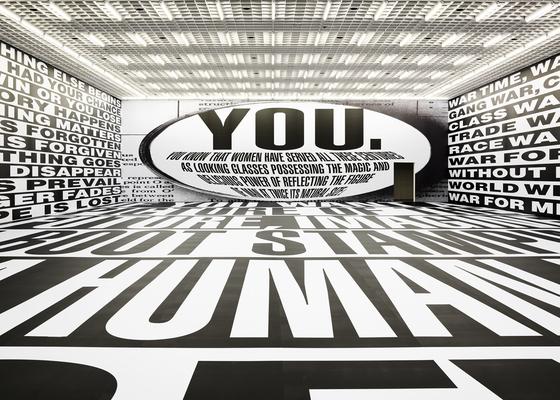 바버라 크루거는 거대한 텍스트를 이용해 강렬한 시각 경험을 선사한다. 큰 전시실 내부를 흑백 텍스트로 채운 '무제(포에버)'. 남성우월주의, 소비지상주의에 대한 비판을 담았다. [사진 아모레퍼시픽미술관]