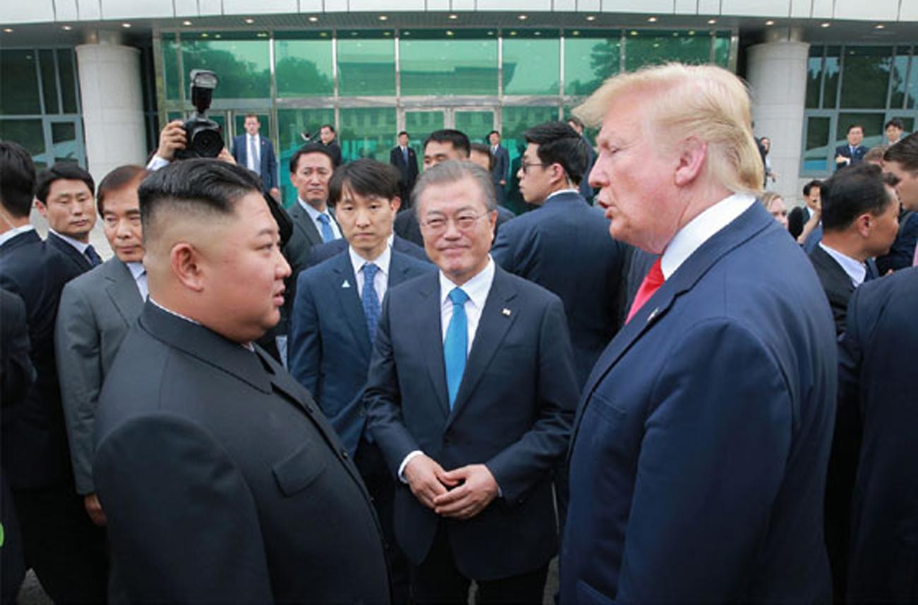 북한 노동신문은 김정은 국무위원장이 지난달 30일 판문점 남측지역에서 문재인 대통령, 도널드 트럼프 미국 대통령과 만났다고 1일 보도했다. [노동신문=뉴시스]