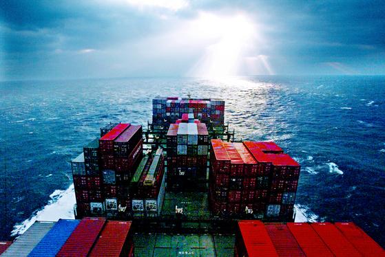 대만 카요슝항을 출발한 5만 6천t급 현대상선의 프리덤호가 떠오르는 태양빛을 받으며 일본 하카다 항을 향해 험난한 바다를 헤처나가고 있다. [중앙일보DB]