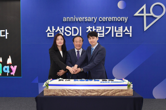 전영현 삼성SDI 사장(사진 가운데)이 직원들과 함께 창립 49주년 기념 케이크를 자르고 있다. [사진 삼성SDI]