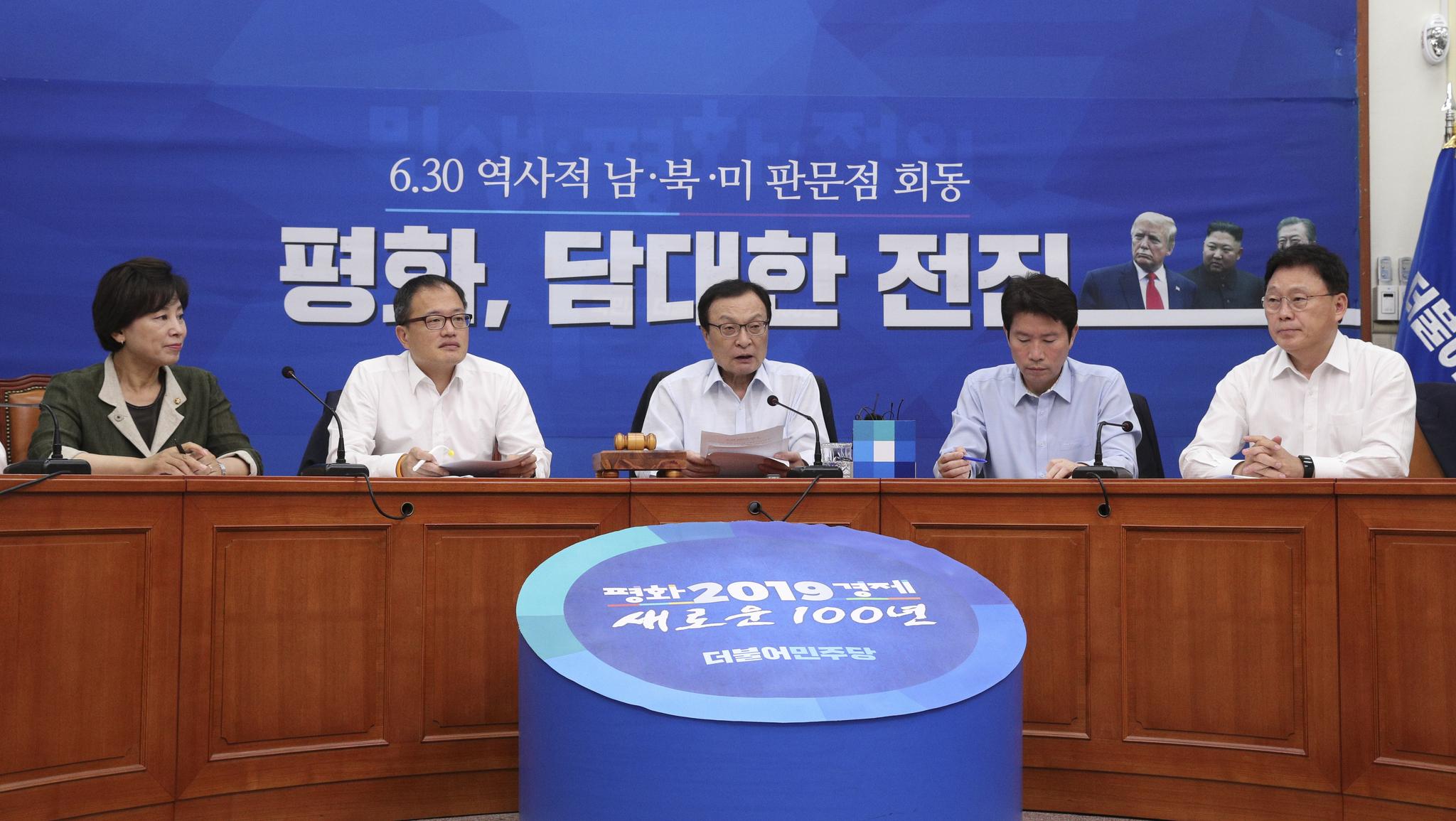 이해찬 더불어민주당 대표(오른쪽 넷째)가 1일 국회에서 열린 최고위원회의에서 발언하고 있다.  임현동 기자