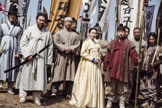 동학농민혁명을 다룬 드라마 '녹두꽃'. 주인공은 전봉준(최무성, 왼쪽부터 두 번째)이 아니라 그의 오른팔이자 천민 출신인 백이강(조정석, 오른쪽 세 번째)이다. [사진 SBS]