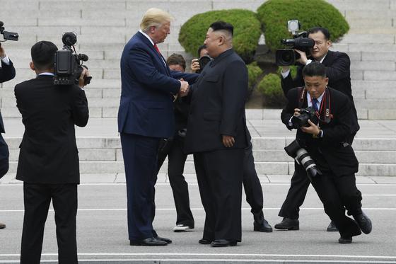 6월30일 군사분계선(MDL) 북측으로 넘어가 김정은 북한 국무위원장과 악수하고 있는 도널드 트럼프 미국 대통령. 북한 땅을 처음으로 밟은 미국 현직 대통령이라는 기록을 남겼다. [AP=연합뉴스]