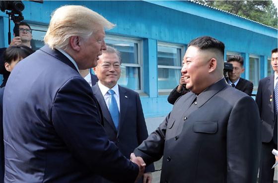 북한 노동신문은 김정은 국무위원장이 지난달 30일 판문점 남측지역에서 도널드 트럼프 미국 대통령과 회동했다고 1일 보도했다. [뉴시스]