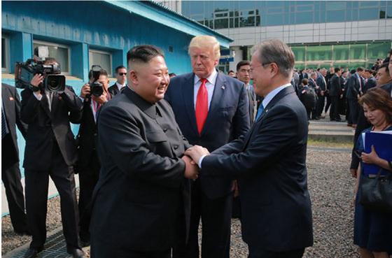 북한 노동신문은 김정은 국무위원장이 지난달 30일 판문점 남측지역에서 문재인 대통령, 도널드 트럼프 미국 대통령과 회동했다고 1일 보도했다. [뉴시스]