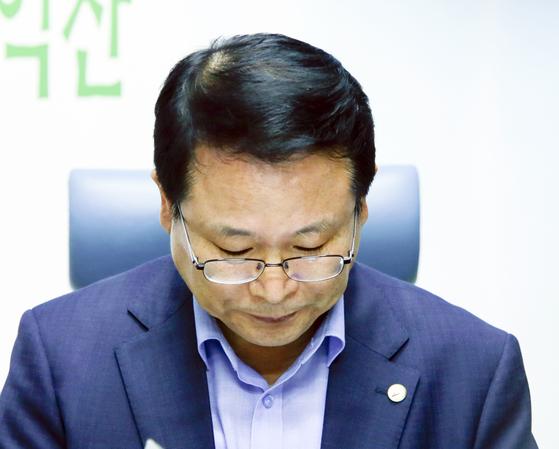 정헌율 전북 익산시장이 27일 익산시청 기자실을 찾아 다문화가족에 혐오성 발언을 한 데 대해 사과하며 고개를 숙이고 있다. [사진 익산시 제공]