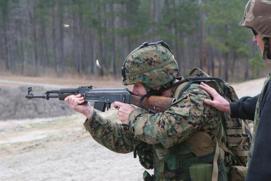 AK-47을 사격하는 미 해병대원. [사진 미 해병대]