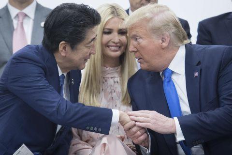 일본 오사카에서 열린 주요 20개국(G20) 정상회의 기간 '여성 역량증진 추진'을 주제로 한 특별세션에 참석한 도널드 트럼프 미 대통령(오른쪽)과 아베 신조(安倍晋三) 일본 총리 사이에 이방카 트럼프 백악관 선임보좌관이 눈에 띈다. [AP=연합뉴스]