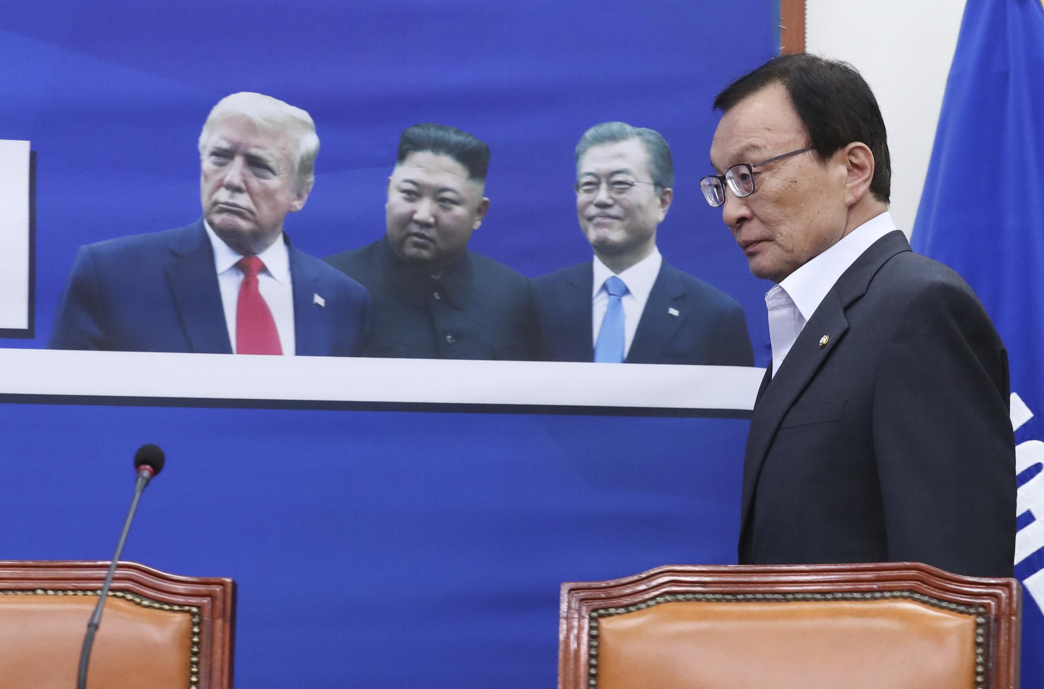 이해찬 민주당 대표가 1일 국회에서 더불어민주당 최고위원회의에 참석하고 있다. 임현동 기자