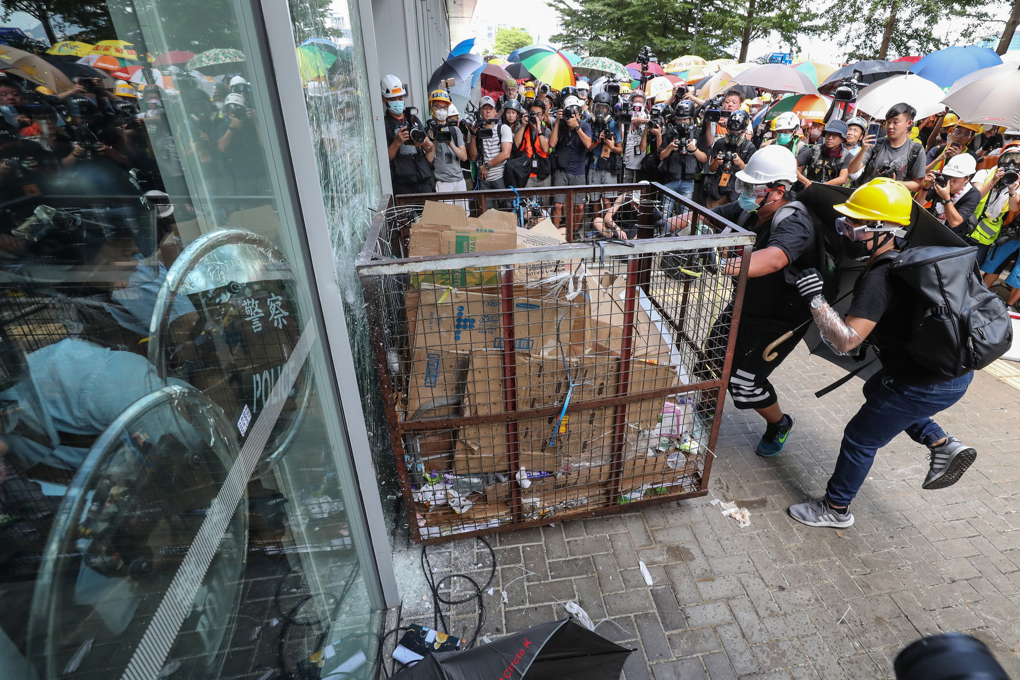 시위대가 홍콩반환 기념일인 1일 철제 상자를 이용해 홍콩 입법원 입구 유리창을 부수고 있다. [EPA=연합뉴스]