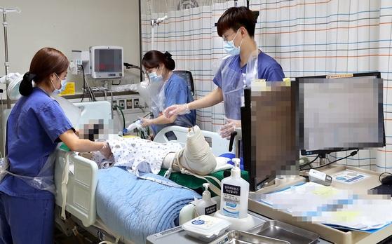 강원도 한 병원의 외상센터 중환자실에서 의료진들이 환자를 돌보고 있다. 촌각을 다투는 중환자실에서 의료진은 긴장을 놓을 수 없다. 중환자는 예고 없이 갑작스레 나빠지기도 하기 때문이다. [중앙포토]