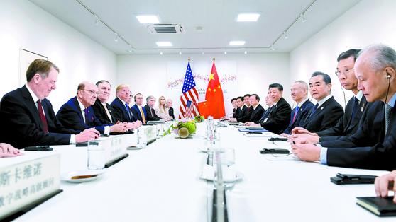 미·중 무역분쟁이 휴전에 들어갔다. 지난달 29일 일본 오사카에서 열린 주요20개국(G20) 정상회의에 참석한 도널드 트럼프 미국 대통령과 시진핑 중국 국가주석이 양국 고위급 관료들이 배석한 가운데 정상회담을 열고 무역 협상 재개와 미국의 대중국 추가관세 부과 철회 등에 합의했다. [AP=연합뉴스]