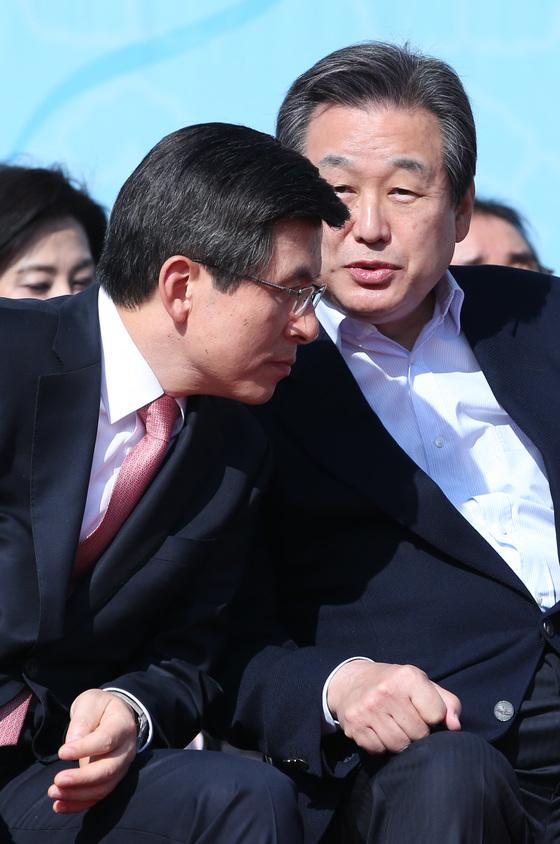 2015년 국무총리 시절 황교안 자유한국당 대표와 김무성 당시 새누리당 대표. [중앙포토]