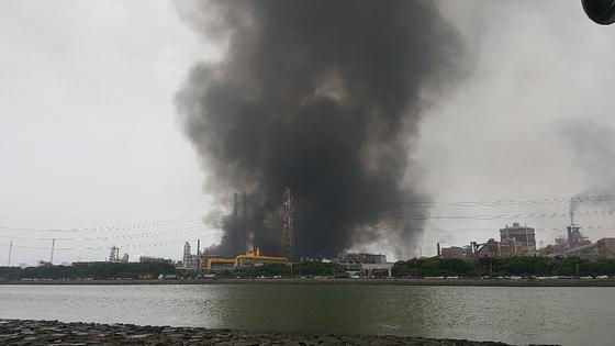 1일 오전 9시30분쯤 포스코 광양재철소 1코크스공장에서 검은 연기가 발생했다. 이날 연기는 제철소내 정전으로 폭발을 방지하기 위해 가스를 분출시키면서 발생한 것으로 알려졌다. [뉴스1]