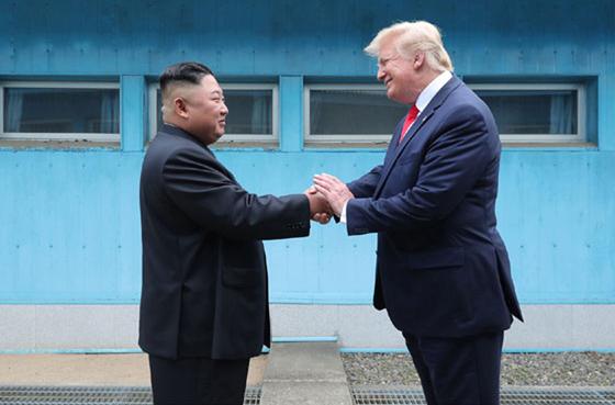 북한 노동신문은 김정은 국무위원장이 지난달 30일 판문점에서 도널드 트럼프 미국 대통령과 회동했다고 1일 보도했다. [뉴시스]