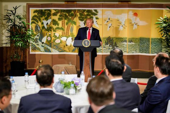 도널드 트럼프 미국 대통령이 30일 서울 그랜드하얏트에서 열린 행사에서 한국 재계 인사들과 연설하고 있다. [AFP=연합뉴스]