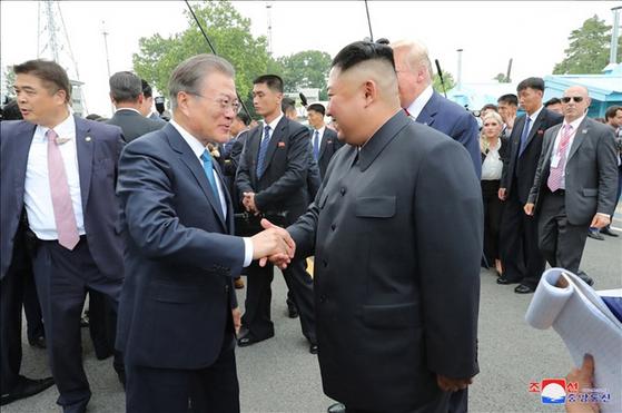 김정은 북한 국무위원장과 도널드 트럼프 미 대통령은 판문점 회동에서 교착 상태인 북미 대화를 재개하기로 합의했다고 조선중앙통신이 1일 보도했다. [조선중앙통신]