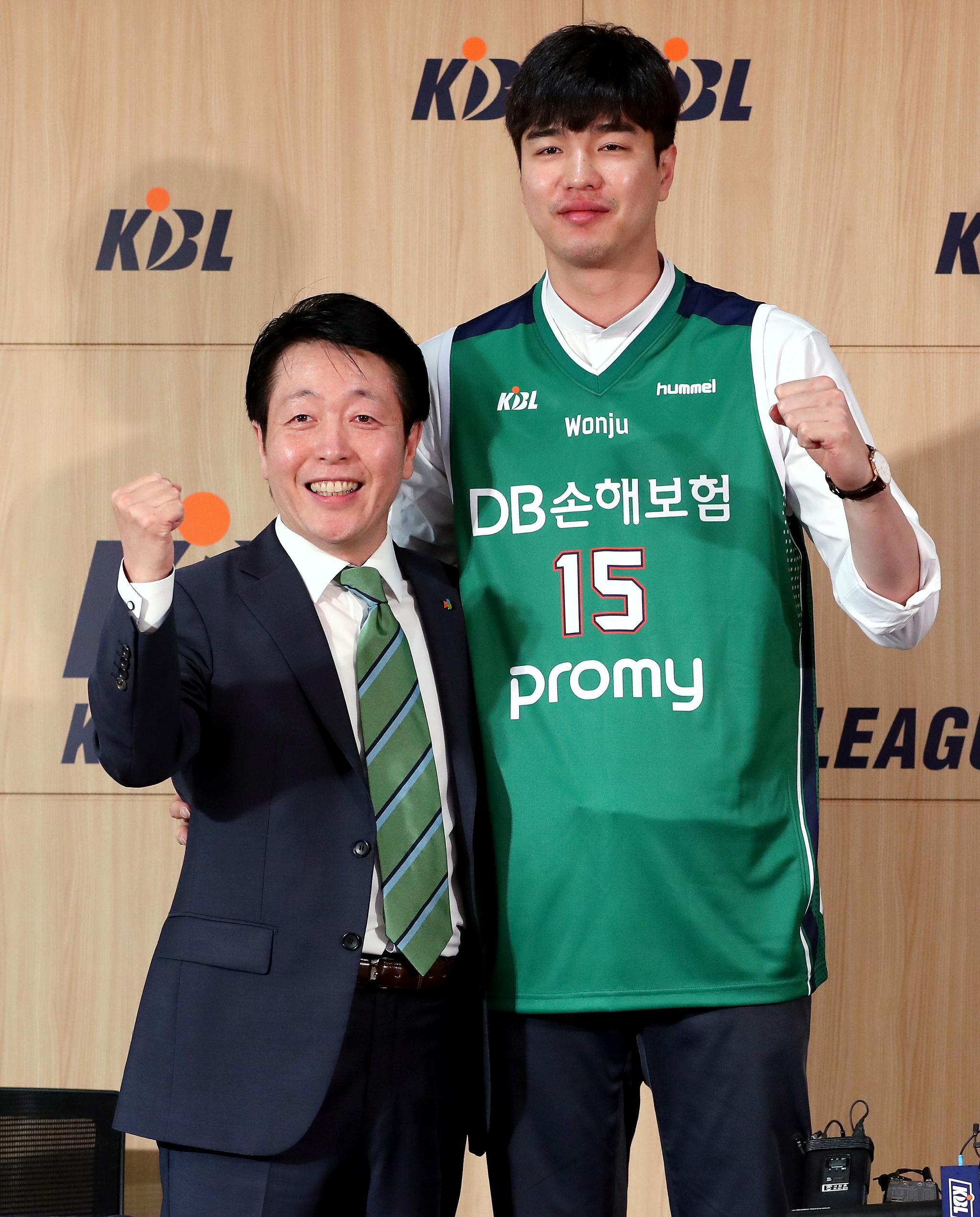 프로농구 원주 DB에 입단한 김종규(왼쪽). 김종규는 2019-20시즌 연봉킹에 등극했다. [뉴스1]