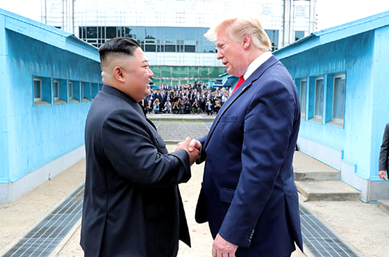 북한 노동신문은 김정은 국무위원장이 지난달 30일 판문점에서 도널드 트럼프 미국 대통령과 회동했다고 1일 보도했다. 2019.07.01. (뉴시스=노동신문)