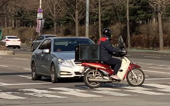 주기적으로 오토바이를 운전하는 경우 특별약관이 부가돼 계약 조건이 달라진다. 주기적인 오토바이 운전 사실을 보험회사에 알리지 않은 것은 고지의무를 위반한 것이다. [중앙포토]