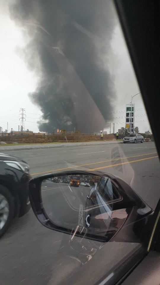 포스코 광양제철소 코크스 공장에서 1일 원인을 알 수 없는 정전 사고가 발생해 시커먼 매연이 치솟고 있다. [사진 독자 제공]