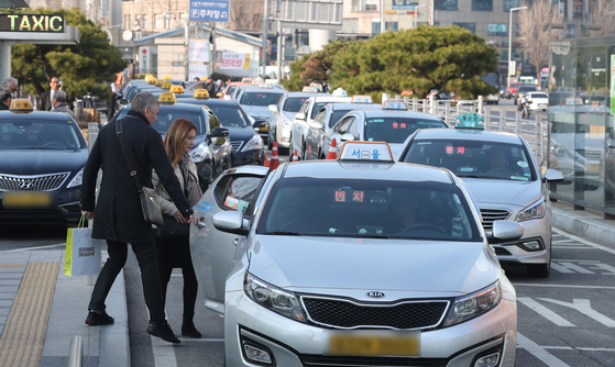 서울 중구 서울역 앞에서 택시들이 승객을 기다리고 있다. [뉴스1]