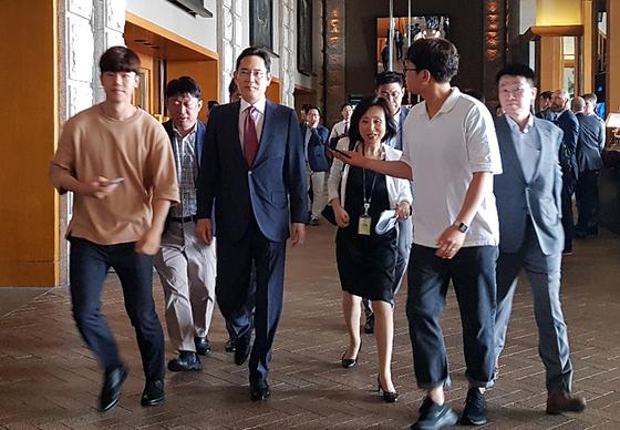 이재용 삼성전자 부회장이 지난달 30일 용산구 한남동 그랜드하얏트 호텔에서 열리는 트럼프 대통령과 한국 경제인 간담회에 참석하고 있다. [뉴스1]