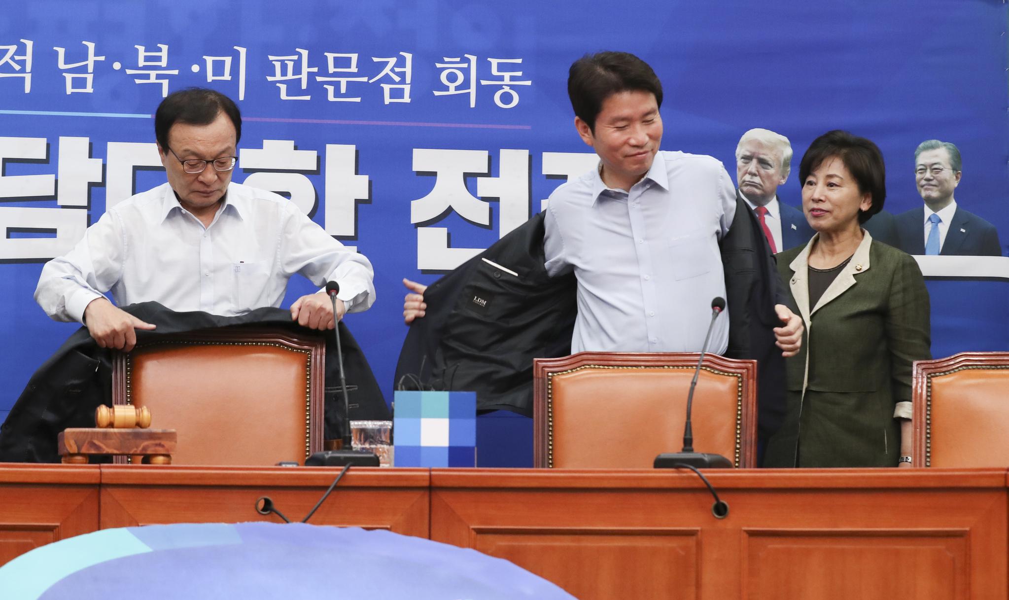 이인영 원내대표(오른쪽)가 1일 국회 최고위원회의에서 이해찬 대표가 웃옷을 벗자 따라서 웃옷을 벗고 있다. 임현동 기자