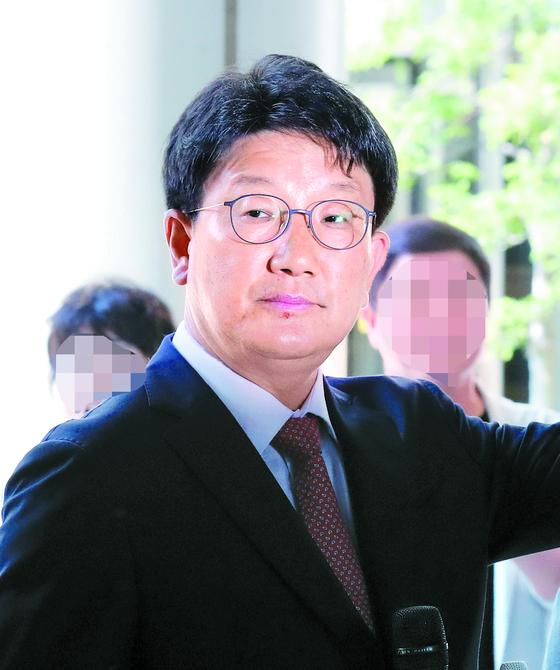 지난달 24일 서울중앙지법에서 열린 염동열 자유한국당 의원 재판에 최흥집 전 강원랜드 사장이 증인으로 출석했다. 염 의원은 채용 청탁 혐의로 기소됐다. 같은 혐의로 기소된 권성동 의원은 같은 날 1심에서 무죄를 선고받았다. [뉴스1]