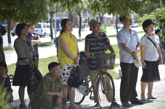평양 시민들이 1일(현지시간) 개선 영화관 인근 거리의 신문 게시대에서 북미 정상의 회동 소식을 접하고 있다. [AFP=연합뉴스]