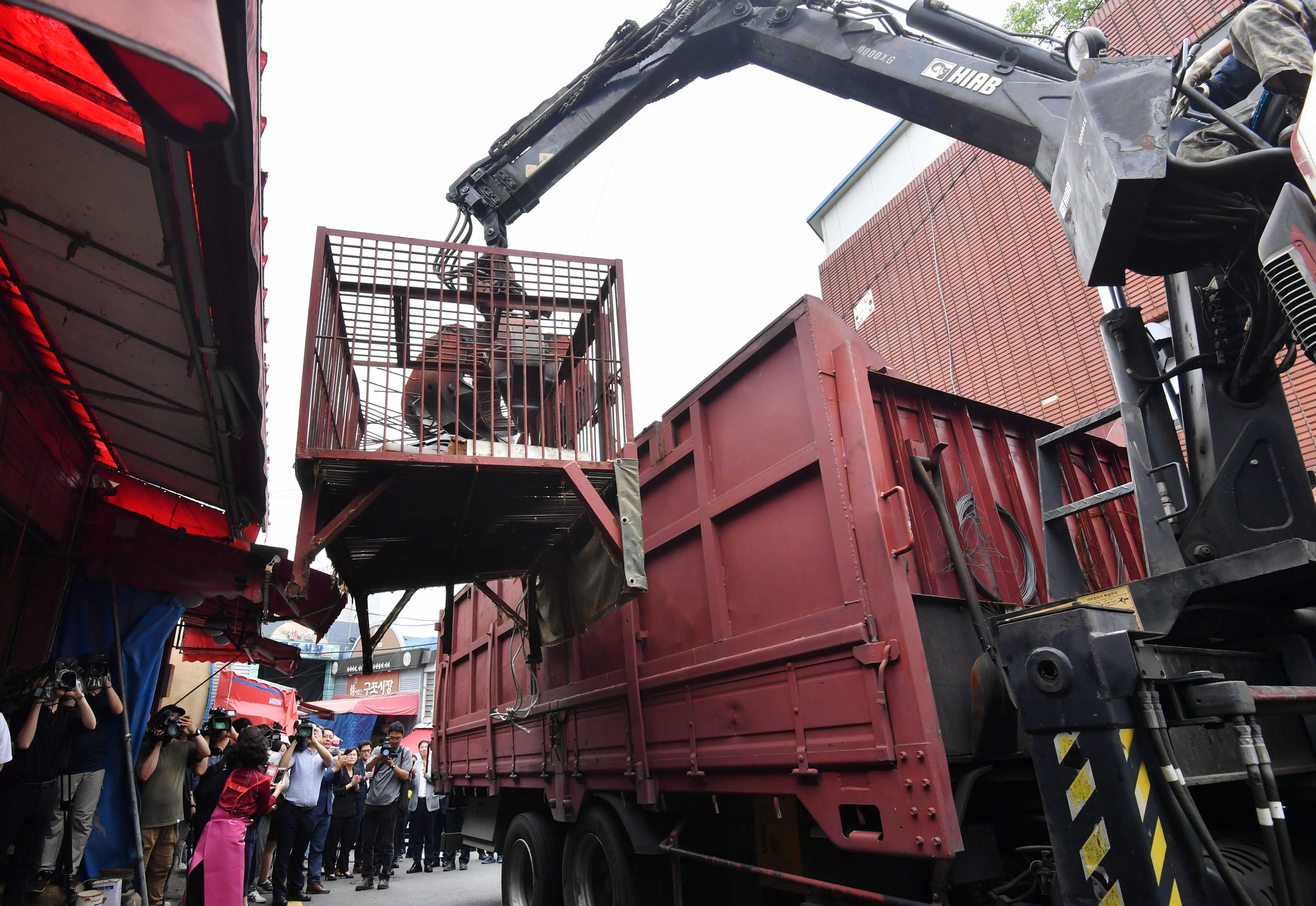 1일 오후 부산 북구 구포가축시장에서 동물들을 가뒀던 철제 우리가 철거되고 있다. [뉴시스]
