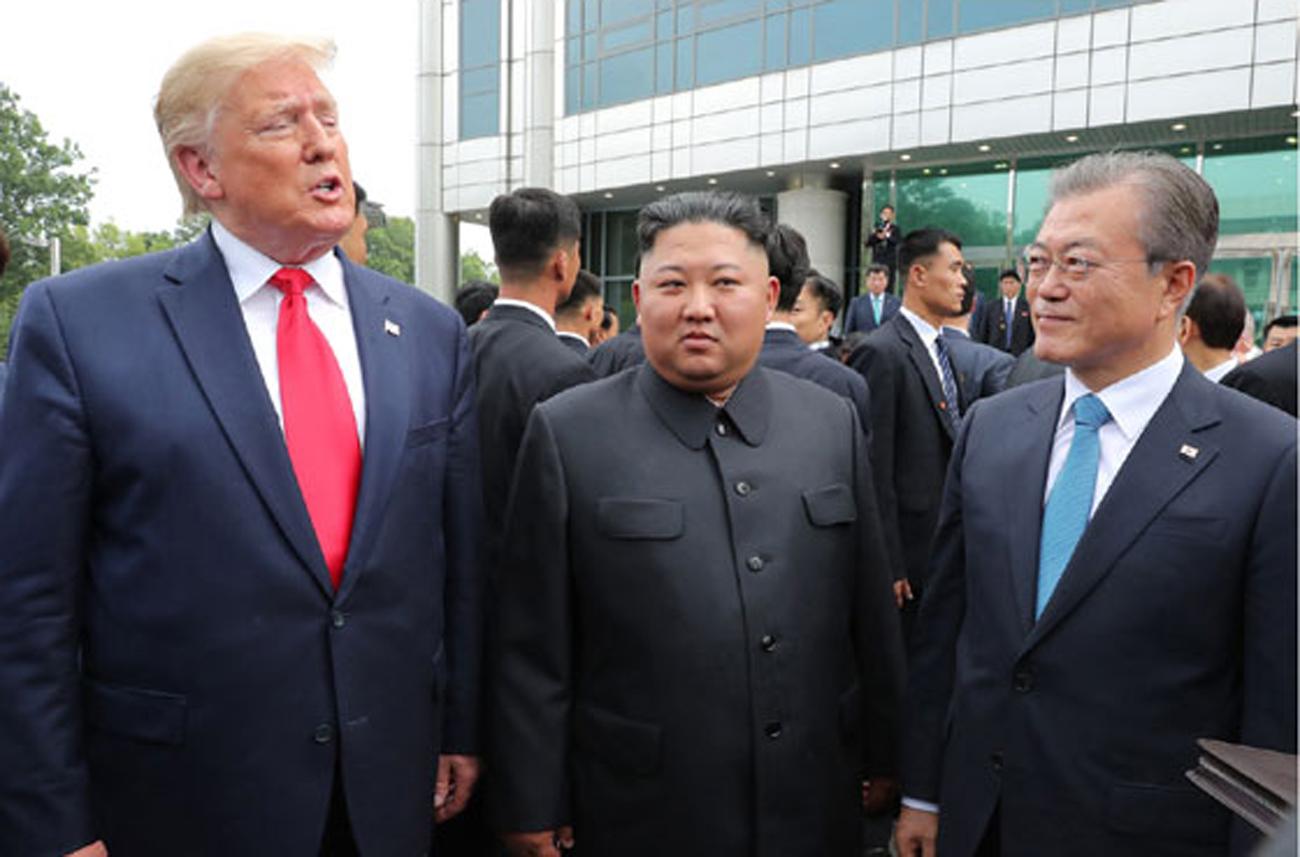 북한 노동신문은 김정은 국무위원장이 지난달 30일 판문점 남측지역에서 문재인 대통령, 도널드 트럼프 미국 대통령과 만났다고 1일 보도했다. [사진 노동신문]