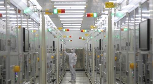 일본이 단계적 경제 보복 조치에 나설 경우 한국 경제는 큰 타격을 입을 수 있다. 사진은 삼성전기 부산공장의 클린룸. [사진 삼성전기]