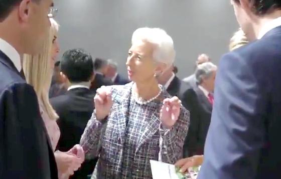 라가르드 IMF 총재(가운데)와 이방카 보좌관(왼쪽 둘째) 지난달 29일 일본 오사카에서 열린 G20 회의에서 이야기하고 있다.[영상 이방카 트위터]