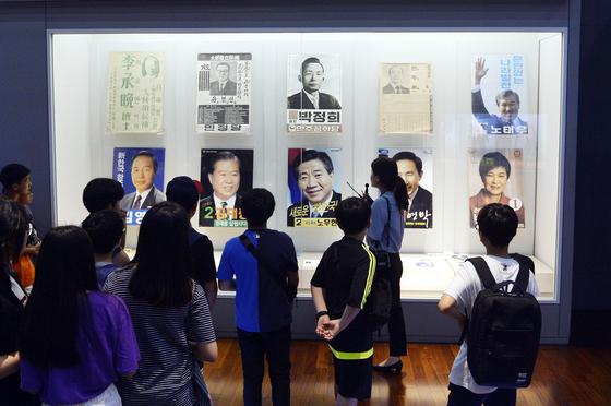 박근혜 전 대통령의 선거 포스터가 세종시 어진동 대통령기록관 4층에 설치됐다. 박 전 대통령 관련 기록물이 전시된 것은 지난 2017년 3월 탄핵 이후 2년 2개월여 만이다. 프리랜서 김성태