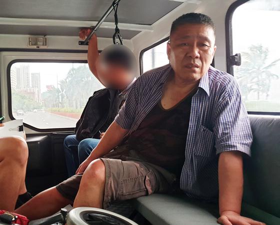 해외 도피 3년 만에 필리핀에서 체포된 김대업씨가 지난달 30일 현지에서 이송되는 모습. [사진 경찰청]