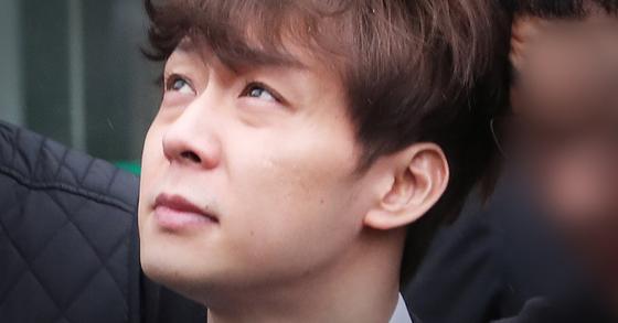 가수 겸 배우 박유천씨가 2일 징역 10월에 집행유예 2년을 선고 받았다. 사진은 지난 4월 26일 수원지방법원에서 열린 영장실질심사를 마치고 나오는 모습. [연합뉴스]