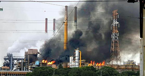1일 오전 9시 11분쯤 전남 광양시 태인동의 포스코 광양제철소에서 정전이 발생했다. 정전으로 공장 내부에 가스가 찼고, 폭발 방지를 위해 굴뚝에 설치된 안전밸브를 통해 잔류 가스를 태워 배출하는 과정에서 불꽃과 검은 연기가 치솟았다. [연합뉴스]