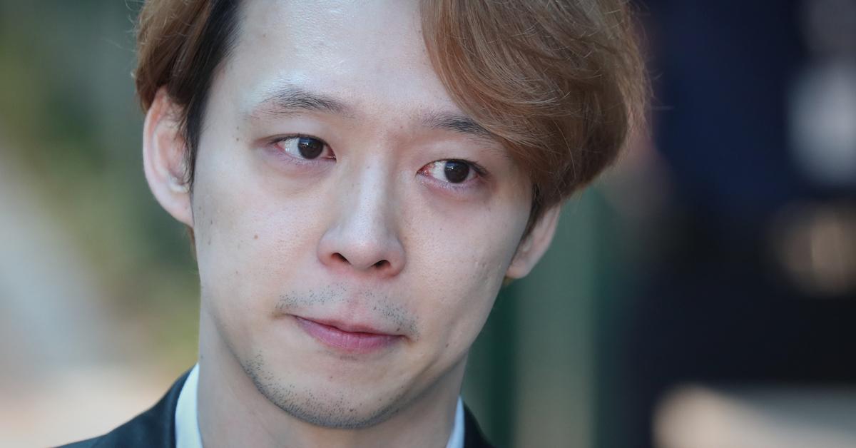 마약 투약혐의로 구속기소된 가수 겸 배우 박유천이 2일 오전 법원으로부터 징역 10월에 집행유예 2년을 선고받고 경기도 수원시 팔달구 수원구치소를 나서고 있다. [뉴스1]